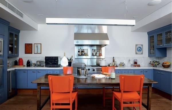 Círculo cromático: cores complementares na cozinha bancada azul e cadeira laranja (foto: Jet Dicas)