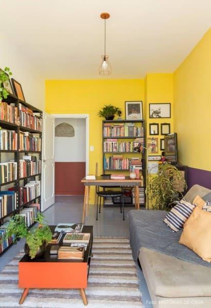 Círculo cromático: cores complementares - parede amarela com faixa roxa (foto: Histórias de Casa)
