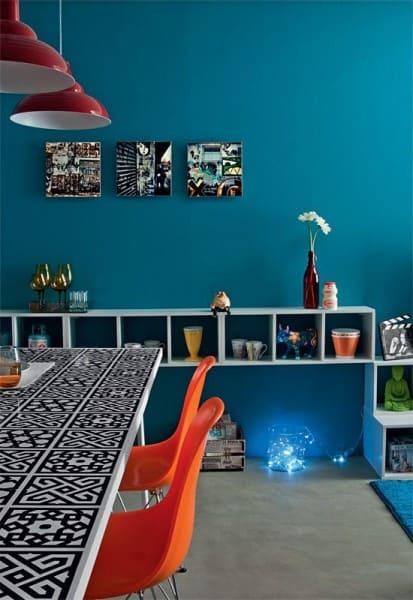 Cores complementares: parede azul e cadeiras laranja (foto: Pinterest)
