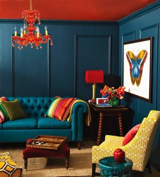 Cores complementares: parede azul e forro vermelho (projeto: Danni Couto)