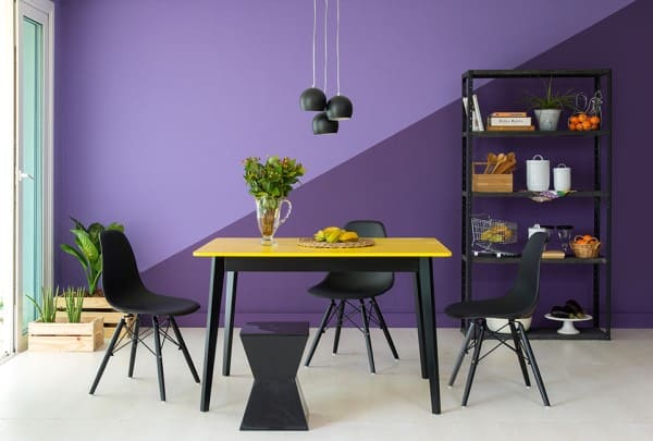 Círculo cromático: cores complementares - parede roxa com pintura geométrica (foto: Mobly)