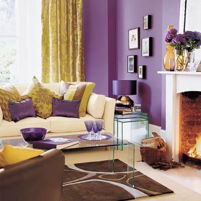 Círculo Cromático: cores complementares - parede roxa e cortina amarela (foto: Pinterest)