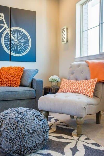 Círculo cromático: cores complementares - quadro azul como almofadas laranjas (foto: Wevans)