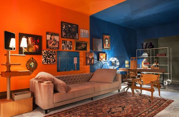 Círculo Cromático: cores complementares - sala de estar com parede laranja e azul (foto: Cerâmica Burguina)
