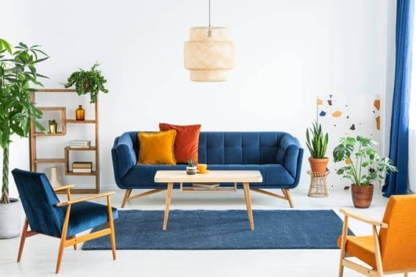 Círculo Cromático: cores complementares - sofá azul com almofada amarela (foto: Dicas Decorativas)