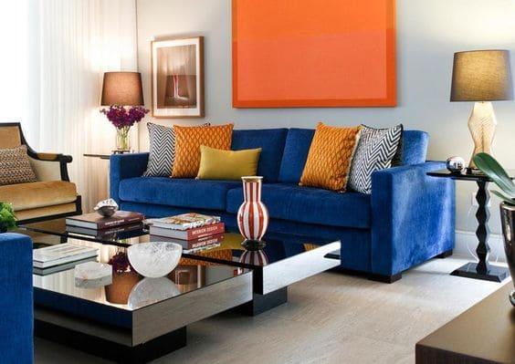 Círculo Cromático: cores complementares - sofá azul e quadro laranja (projeto: Maria Eunice Fernandes)