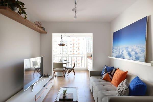 Cores complementares: sofá cinza com almofada azul e laranja (projeto: Antonio Armando de Araujo)