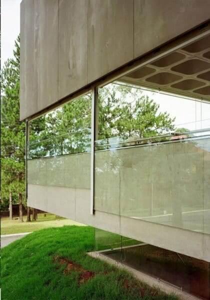 Placa cimentícia: fachada de vidro e laje nervurada (foto: Pinterest)
