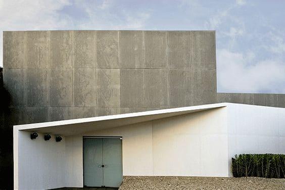 Placa cimentícia: muro em fachada de casa moderna (foto: Pinterest)