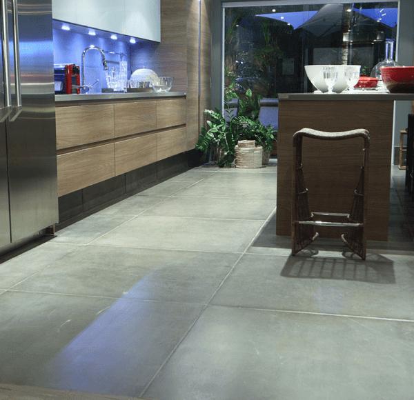 Placa cimentícia no piso da cozinha (foto: Camarina Studio)