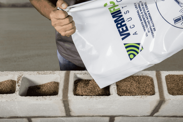 Isolante térmico: vermiculita dentro de bloco de concreto (foto: Brasil Minerios)