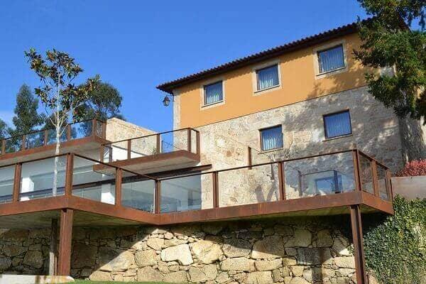 Pedras para muro: casa em declive com muro de arrimo (foto: Viva Decora)