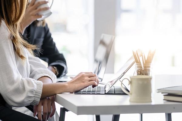 Profissionais trabalhando sobre mesa com computador