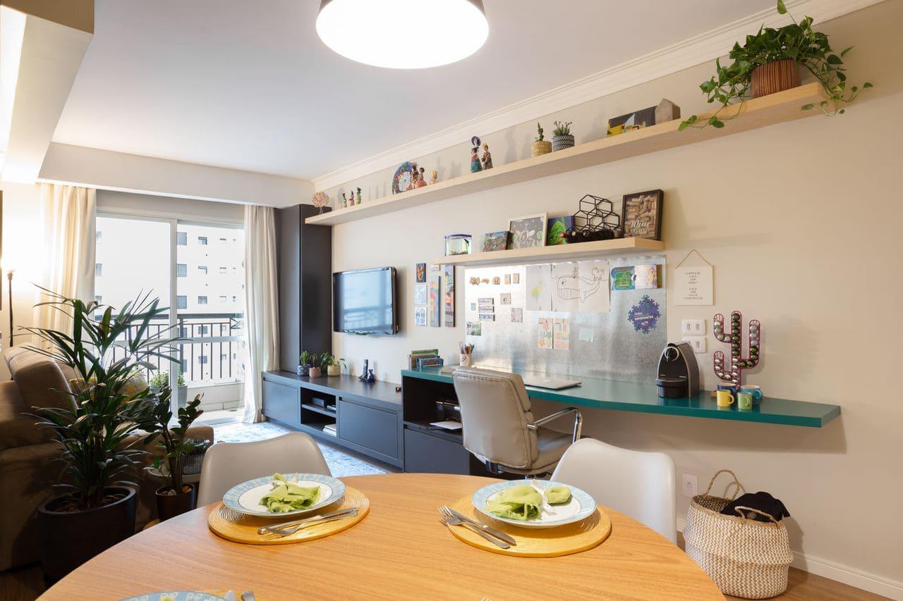Decoração de sala de estar com rack planejado em marcenaria (projeto: Valeu! Estúdio)