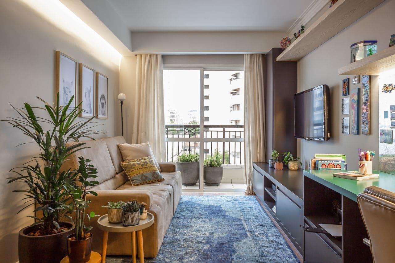 Decoração de sala de estar com tapete azul estampado e vasos de planta (projeto: Valeu! Estúdio)