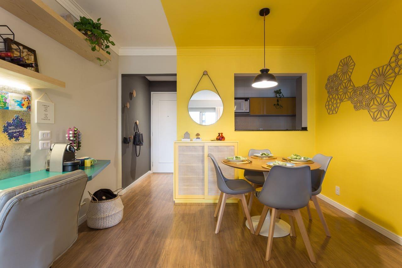 Decoração de sala de jantar com mesa redonda e cadeiras acrílicas (projeto: Valeu! Estúdio)