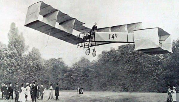 Invenções da Belle Époque: Santos Dumont inventor do avião sobrevoando a cidade no 14 bis (foto: ADS Latin)