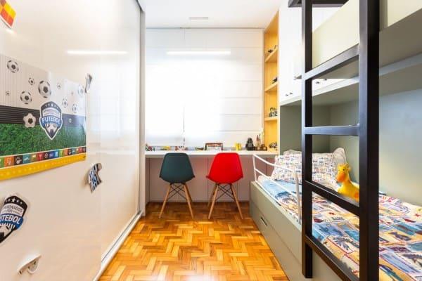 Cadeiras acrílicas coloridas e escrivaninha (projeto: Motirõ Arquitetos)