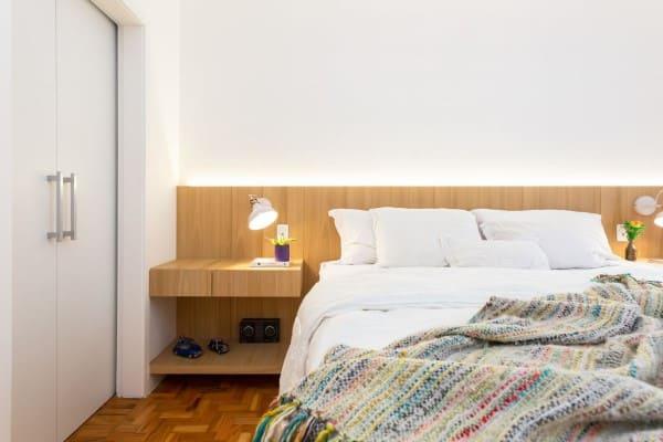 Mesa de apoio amadeirada e luminária branca (projeto: Motirõ Arquitetos)