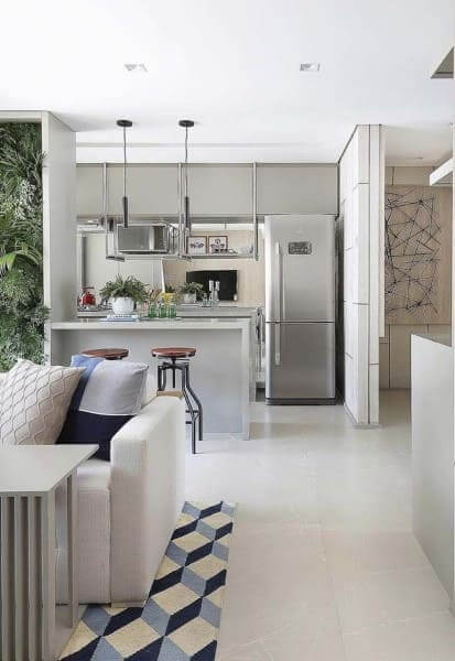 Porcelanato acetinado em sala de estar integrada com cozinha (foto: Pinterest)