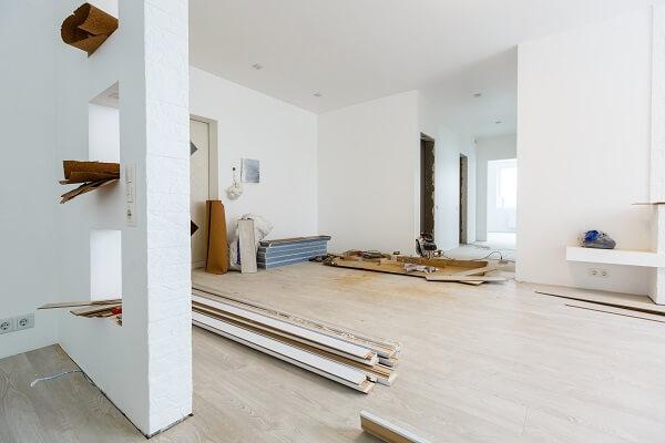 Canteiro de obras com materiais armazenados