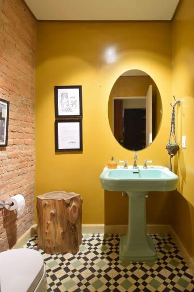 Tipos de tinta para parede: banheiro com parede amarela (projeto: A.M Studio Arquitetura)