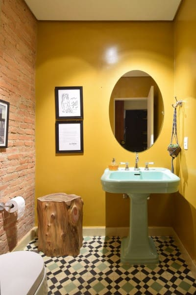 Tipos de pintura mural: baño con pared amarilla (proyecto: AM Studio Arquitetura)