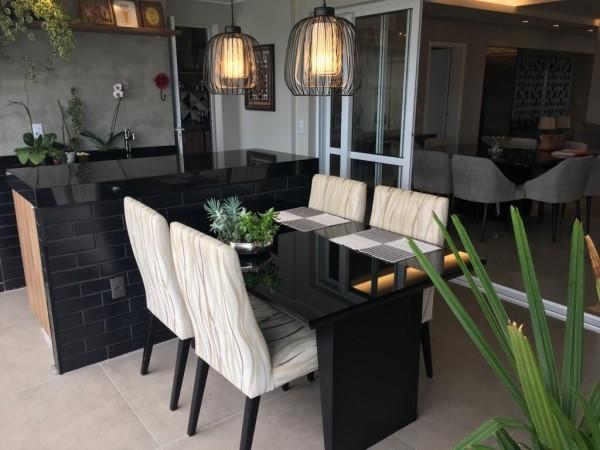 Cadeiras estampadas e mesa de jantar na cor preta (projeto: Arquorum Arquitetura)