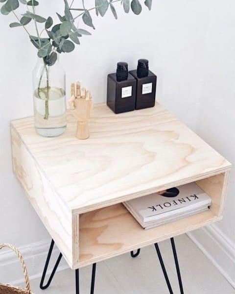 Madeira clara: Mesa de cabeceira com pinus (foto: decoração minimalista)