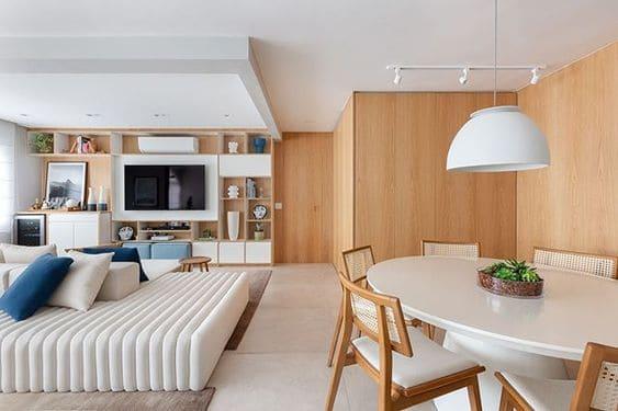 Fundo madeira clara: painel de carvalho em sala de estar (foto: Duda Senna)