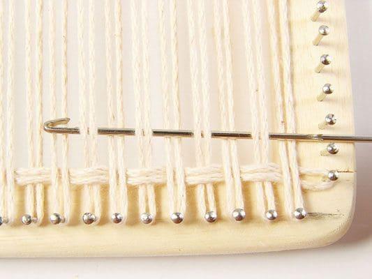 Como fazer tapeçaria: movimento com a agulha (foto: Pinterest)