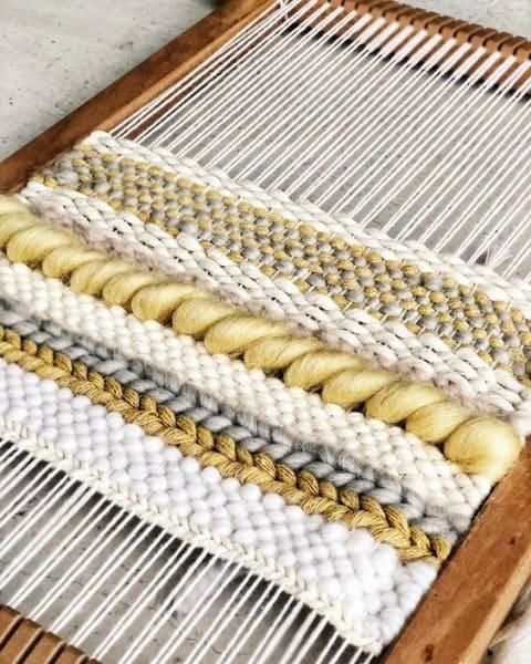 Como fazer tapeçaria: tapete branco e amarelo (foto: Pinterest)
