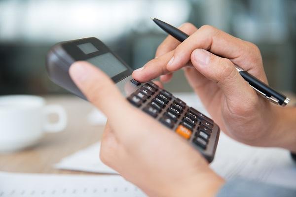Profissional realizando cálculos na calculadora