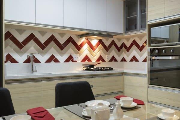 Madeira clara com revestimento vermelho (projeto: MAV Arquitetura)