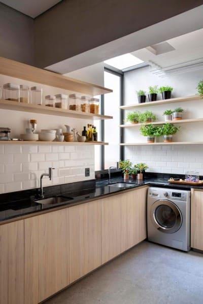 Madeira clara: cozinha com madeira clara e bancada preta (foto: Casa de Valentina)
