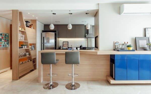 Madeira clara em balcão de cozinha americana (projeto: Ambientta Arquitetura)