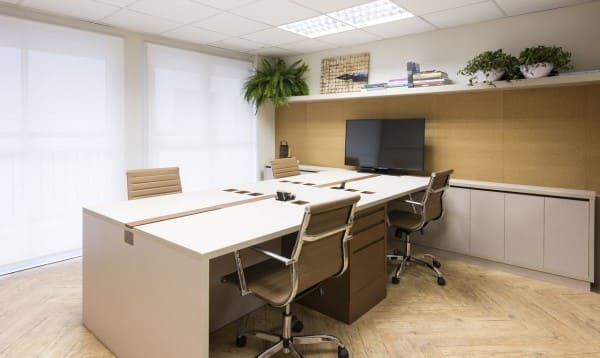 Fundo de madeira clara em escritório ajuda a clarear o ambiente (projeto: MIS Arquitetura e Interiores)