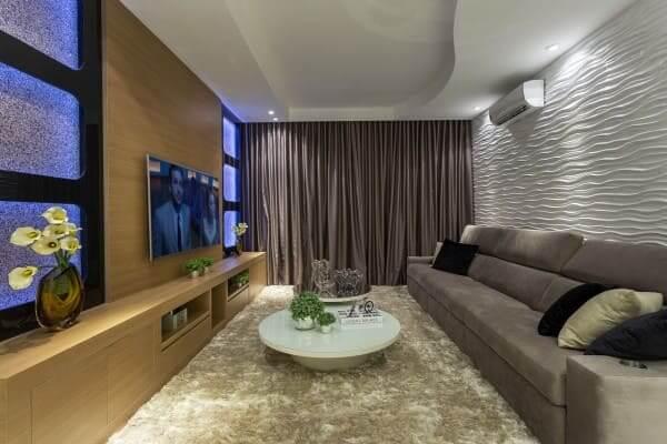 Madeira clara em painel com TV na sala de estar (projeto: Aquiles Nicolas Kílaris)