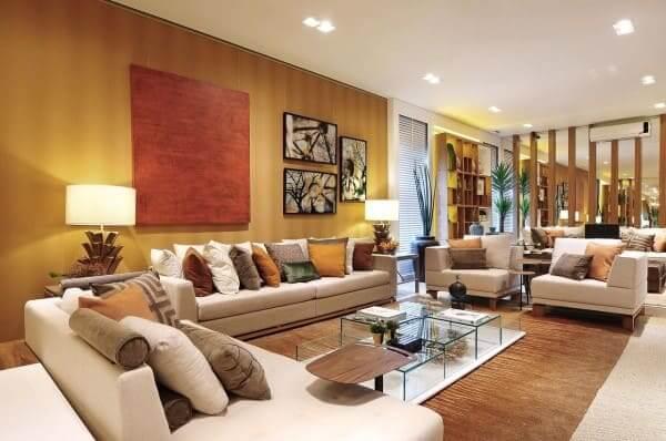 Madeira clara em painel na sala de estar (projeto: Quitete & Faria)