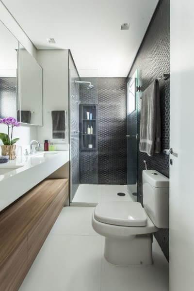 Madeira clara gabinete amadeirado em banheiro (projeto: Karina Korn)