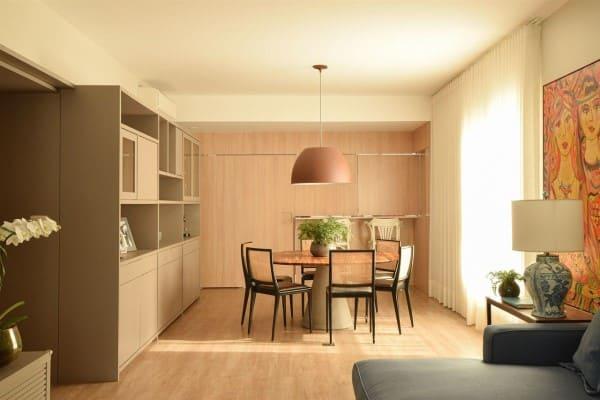 Fundo de madeira clara no piso e na parede (projeto: A.M Studio Arquitetura)