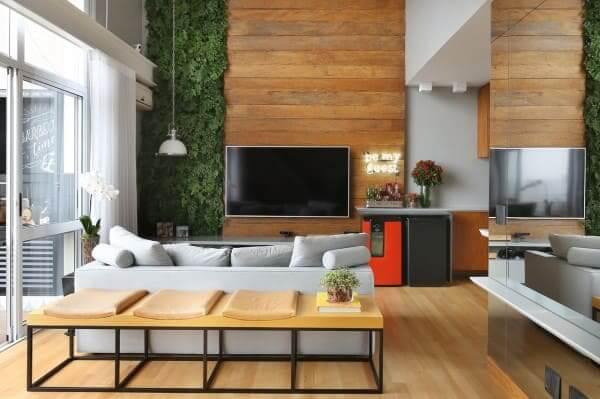 Madeira clara no piso e no painel com jardim vertical (projeto: Estudio AE)