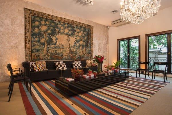 O que é tapeçaria: tapeçaria clássica atrás de sofá preto (foto: By Kamy)