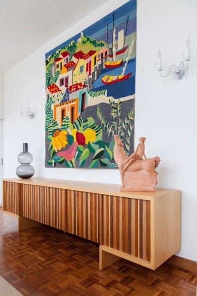 Tapeçaria de parede colorida sobre aparador (foto: Casa de Valentina)