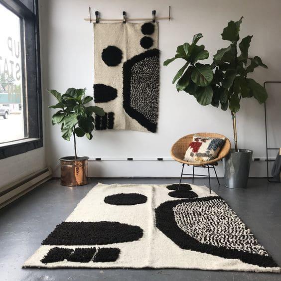 Tapeçaria de parede pode combinar com tapete (foto: Pinterest)