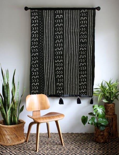 Tapeçaria preta em sala de estar (foto: Pinterest)