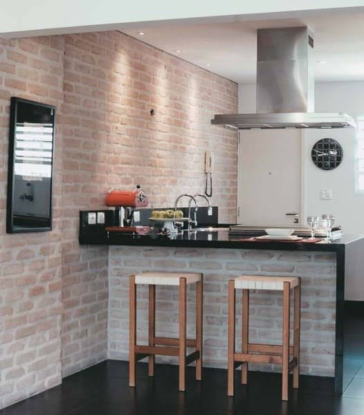 Balcão de alvenaria para cozinha americana com tijolinho à vista (foto: Pinterest)