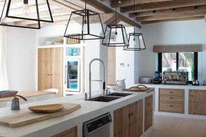 Cozinha de alvenaria com portas de madeira e luminárias pretas foto casa de valentina