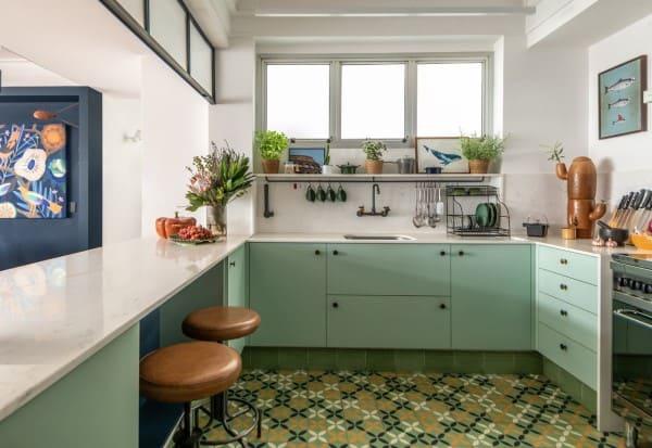 Cozinha na cor neo mint com banquetas estofadas de couro (projeto: Batistelli Arquitetura e Design)