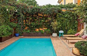 Muro verde em área exertena com piscina foto Casa e Jardim